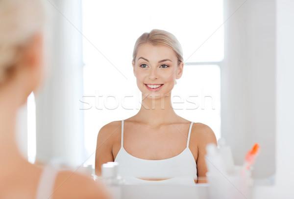 Сток-фото: счастливым · глядя · зеркало · ванную · красоту