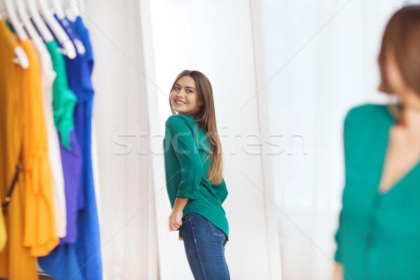Boldog nő pózol tükör otthon ruhásszekrény Stock fotó © dolgachov