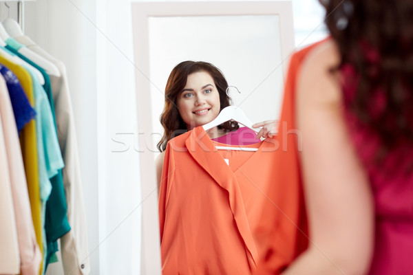 Boldog plus size nő póló tükör ruházat Stock fotó © dolgachov