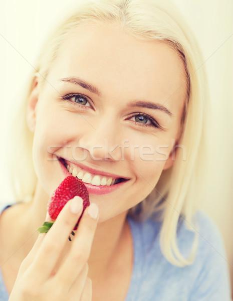 Boldog nő eszik eper otthon egészséges étkezés Stock fotó © dolgachov