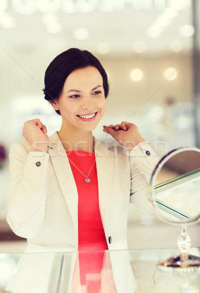 Gelukkig vrouw kiezen sieraden store verkoop Stockfoto © dolgachov