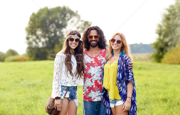 Glimlachend jonge hippie vrienden groene veld Stockfoto © dolgachov