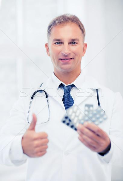 молодые мужской доктор таблетки здравоохранения медицинской аптека Сток-фото © dolgachov