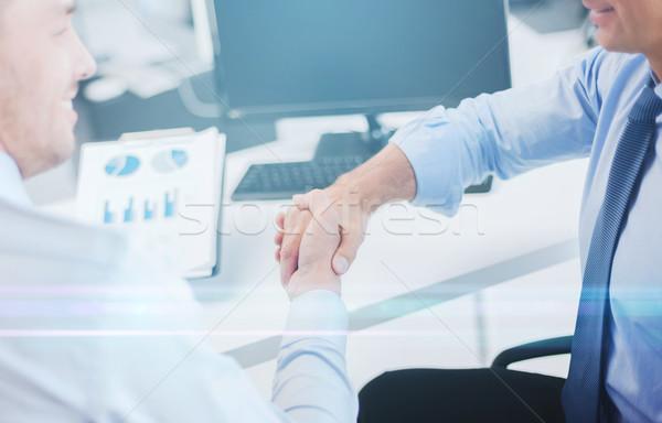 üzletemberek kézfogás iroda kettő üzlet kezek Stock fotó © dolgachov