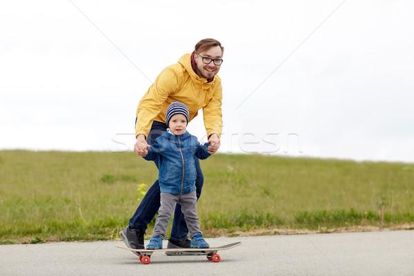 Szczęśliwy ojciec mały syn deskorolka rodziny Zdjęcia stock © dolgachov