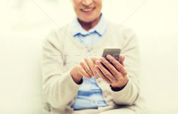 Közelkép idős nő okostelefon sms chat technológia Stock fotó © dolgachov