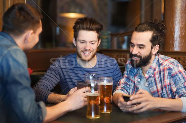 Сток-фото: мужчины · друзей · питьевой · пива · Бар