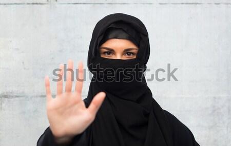мусульманских женщину хиджабе указывая пальца религиозных Сток-фото © dolgachov