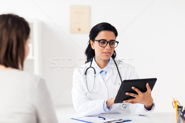 Orvos táblagép nő kórház gyógyszer egészségügy Stock fotó © dolgachov