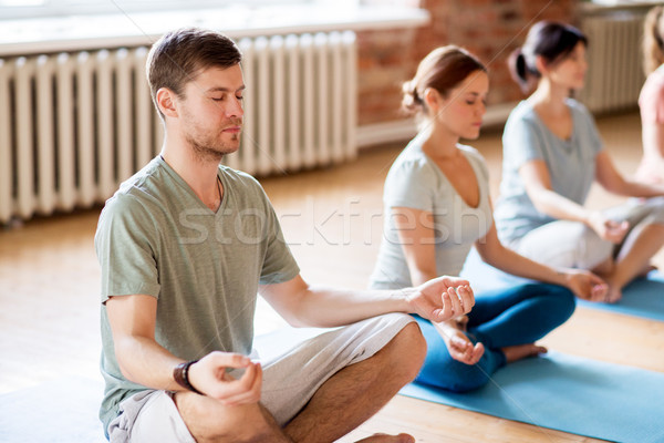 Foto stock: Grupo · de · personas · yoga · estudio · fitness