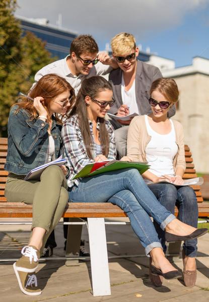Csoport diákok tinédzserek akasztás ki nyár Stock fotó © dolgachov