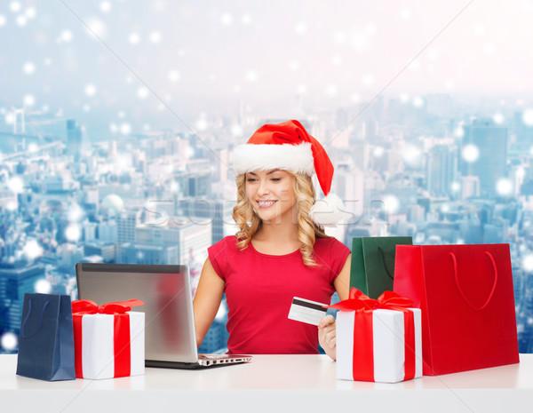 Foto stock: Mujer · sonriente · tarjeta · de · crédito · portátil · Navidad · vacaciones · tecnología