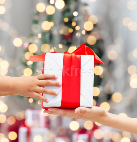 Közelkép gyermek anya kezek ajándék doboz ünnepek Stock fotó © dolgachov