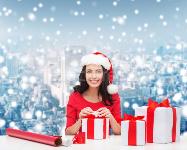 Glimlachende vrouw helper hoeden geschenken Stockfoto © dolgachov