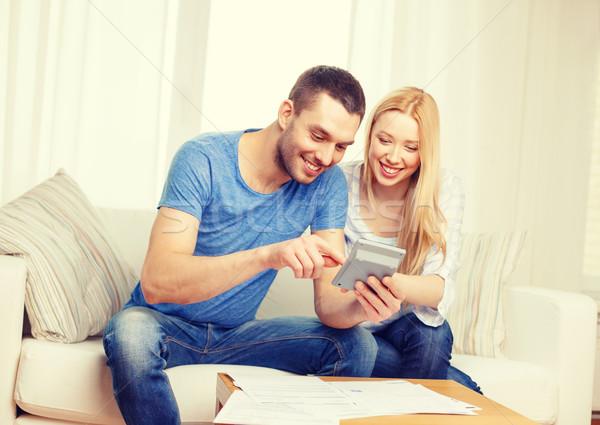 Sorridente casal documentos calculadora casa imposto Foto stock © dolgachov