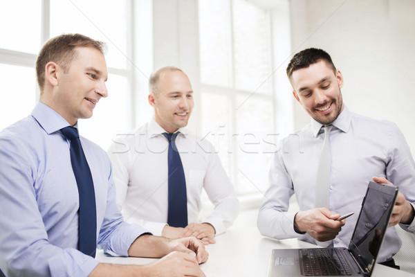 Sonriendo empresarios debate oficina negocios tecnología Foto stock © dolgachov