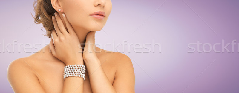 Femeie frumoasa perla cercei bratara frumuseţe oameni Imagine de stoc © dolgachov