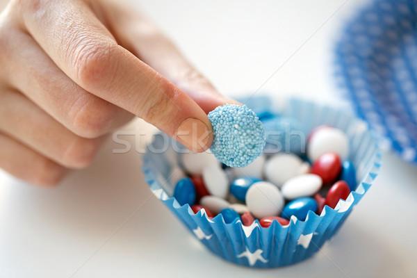 Közelkép kéz cukorkák nap amerikai ünneplés Stock fotó © dolgachov