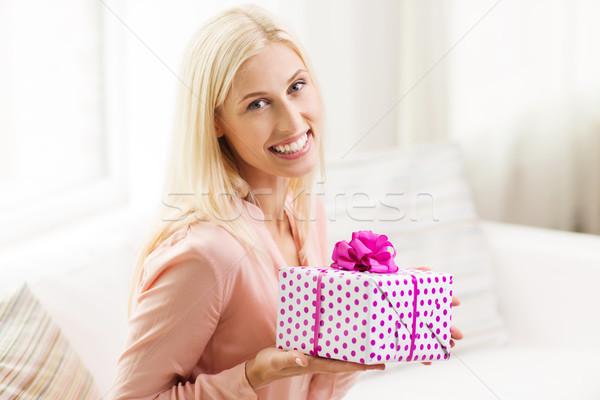 Сток-фото: улыбающаяся · женщина · шкатулке · домой · люди · праздников · празднования