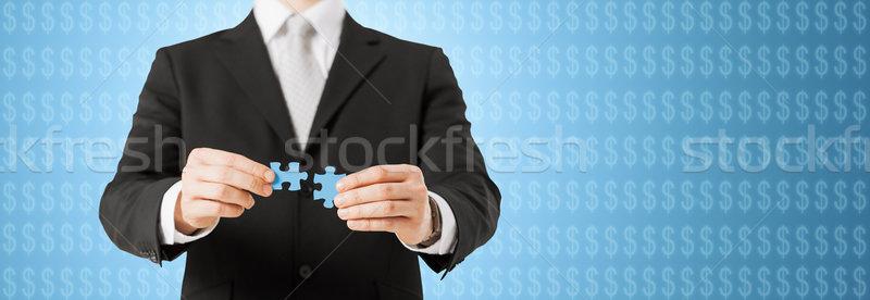 Uomo accoppiamento pezzi del puzzle blu business sviluppo Foto d'archivio © dolgachov