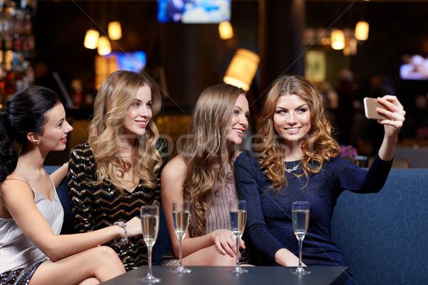 Vrouwen champagne nachtclub viering vrienden Stockfoto © dolgachov