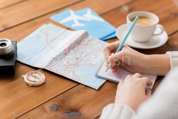 Viaggiatore mani notepad matita vacanze Foto d'archivio © dolgachov