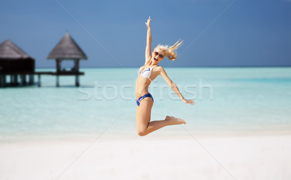 Boldog fiatal nő ugrik egzotikus tengerpart emberek Stock fotó © dolgachov