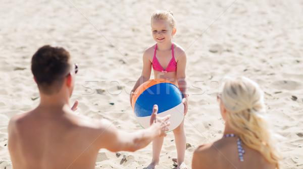 Família feliz jogar inflável bola praia família Foto stock © dolgachov