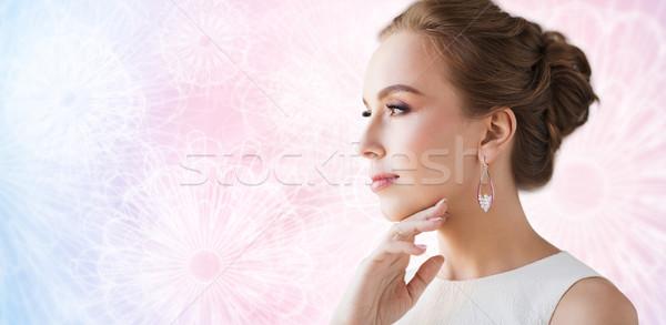 Gülümseyen kadın beyaz elbise inci takı lüks düğün Stok fotoğraf © dolgachov