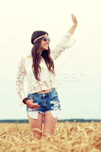 Sonriendo hippie mujer cereales campo Foto stock © dolgachov
