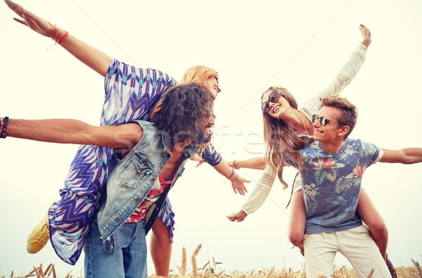 Boldog hippi barátok szórakozás gabonapehely mező Stock fotó © dolgachov