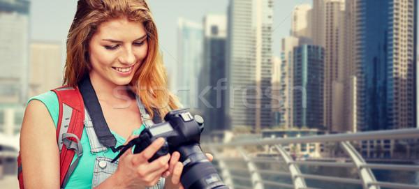 Kadın sırt çantası kamera Dubai şehir macera Stok fotoğraf © dolgachov