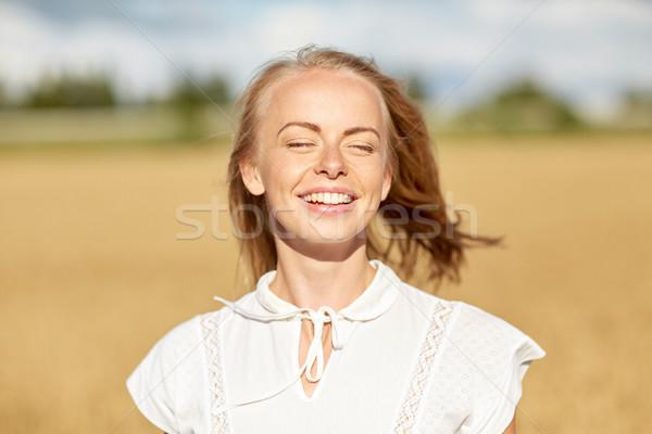 Uśmiechnięty młoda kobieta biały zbóż dziedzinie kraju Zdjęcia stock © dolgachov