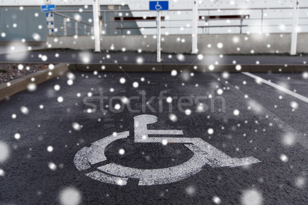 Autó parkolás jelzőtábla mozgássérült kint forgalom Stock fotó © dolgachov