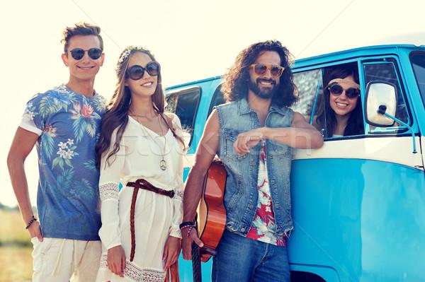 Mosolyog fiatal hippi barátok mikrobusz autó Stock fotó © dolgachov