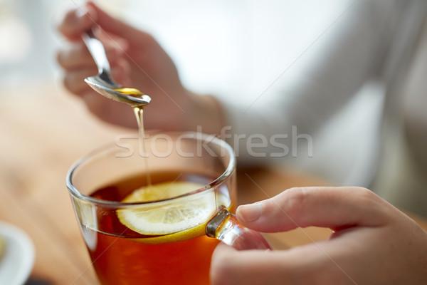 Donna miele tè limone cibo sano Foto d'archivio © dolgachov