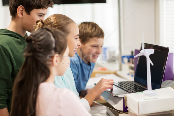 子供 ノートパソコン 風力タービン 学校 再生可能エネルギー 技術 ストックフォト © dolgachov