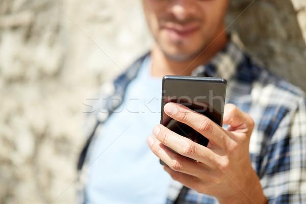 Férfi okostelefon sms chat üzenet kint technológia Stock fotó © dolgachov