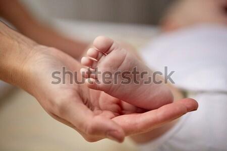 Bébé pied mère main Photo stock © dolgachov
