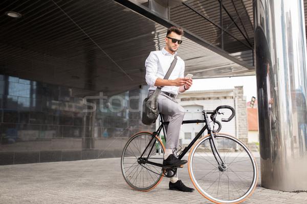 Homme vélo smartphone rue de la ville mode de vie transport Photo stock © dolgachov