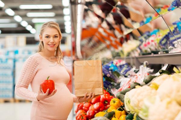 Hamile kadın satın alma sebze bakkal satış alışveriş Stok fotoğraf © dolgachov