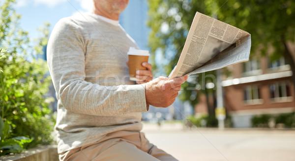 Idős férfi kávé olvas újság kint Stock fotó © dolgachov