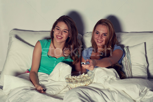 счастливым друзей попкорн смотрят телевизор домой Сток-фото © dolgachov