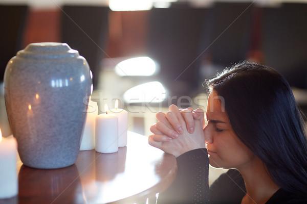 悲しい 女性 沸かし器 祈っ 教会 人 ストックフォト © dolgachov