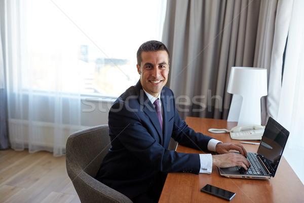 Zakenman typen laptop hotelkamer zakenreis mensen Stockfoto © dolgachov