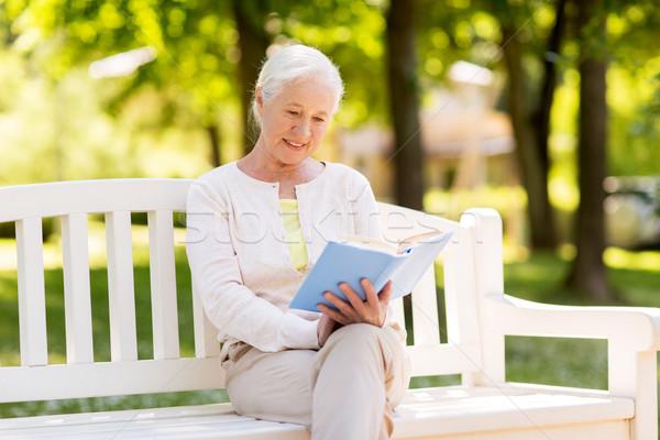 счастливым старший женщину чтение книга лет Сток-фото © dolgachov