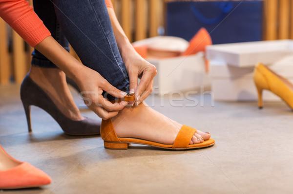 Młoda kobieta sandały buty sklepu sprzedaży zakupy Zdjęcia stock © dolgachov