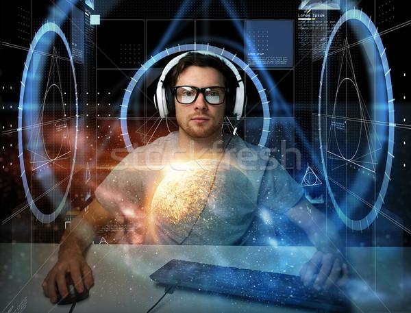 Homem fone computador virtual tecnologia ciberespaço Foto stock © dolgachov