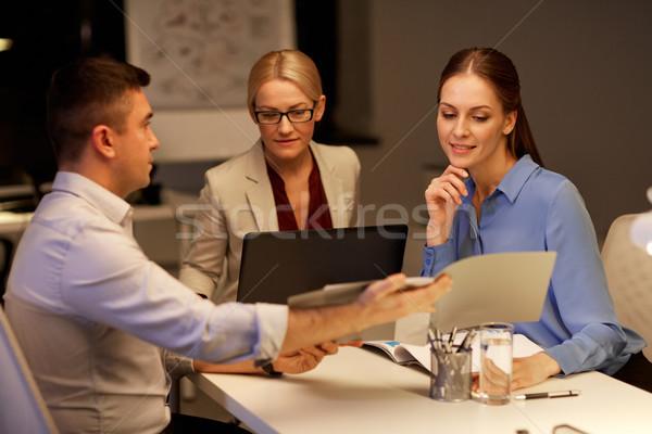 üzleti csapat papírok dolgozik késő iroda üzlet Stock fotó © dolgachov