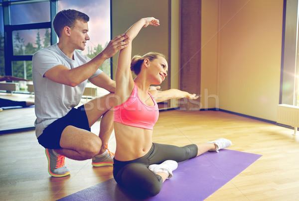 Uśmiechnięta kobieta mężczyzna trener siłowni sportu Zdjęcia stock © dolgachov